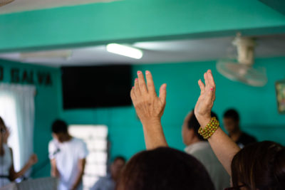 cuba-iglesia-hands-3