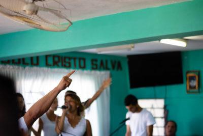 cuba-iglesia-hands-4